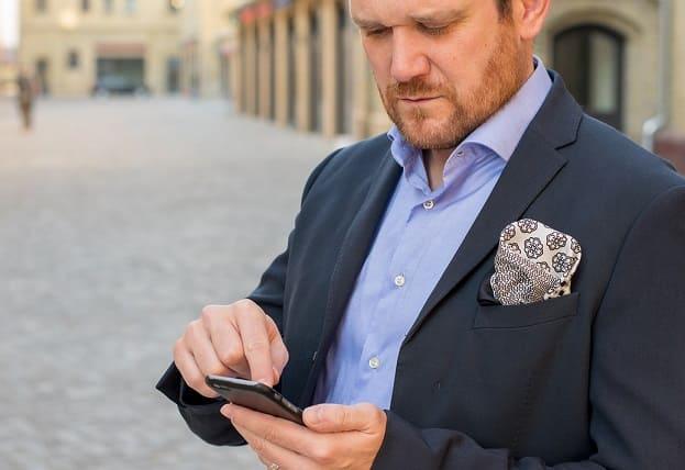 hombre mirando iphone