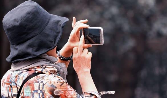 mujer haciendo foto de viaje
