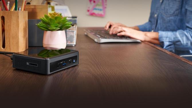Intel NUC en un escritorio