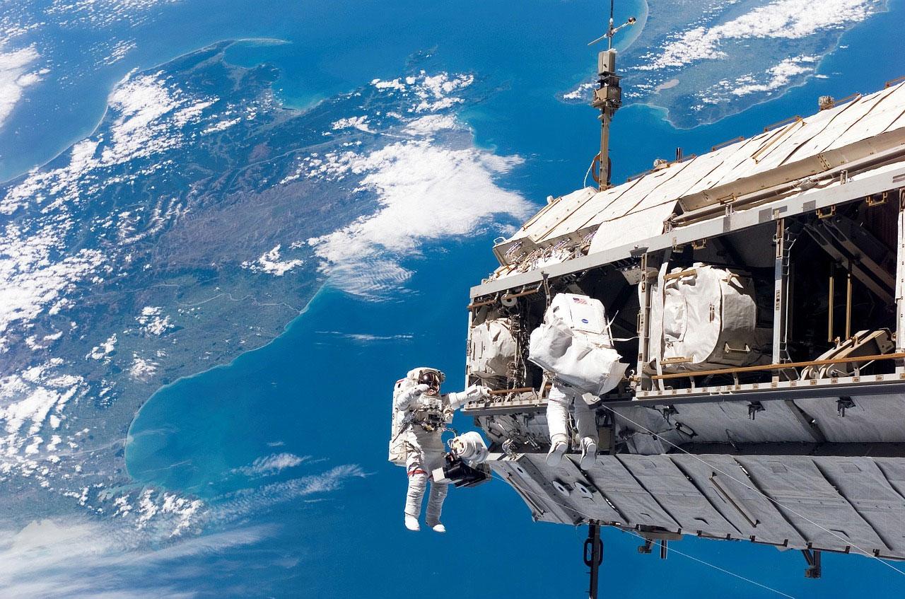 Los astronautas de la NASA salen de la EEI para la caminata espacial 237