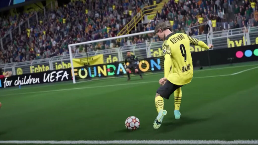 Jugador de FIFA 22 disparando a un portero